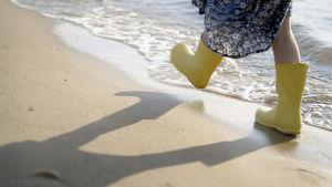 Dokumenttielokuva ilmastonmuutoksesta, jossa pienten keltaisten kumisaappaiden mukana matkataan tulevaisuuden rantamaisemiin.