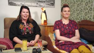 Sohvaperunoiden Sanna ja Pinja istuvat sohvalla.