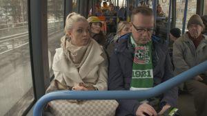 Monelle on vaikea sanoa, että he haluaisivat jäädä pois bussin kyydistä.