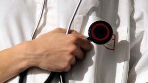 kuvassa lääkäri pitää kädessään stetoskooppia