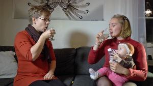 Kaksi naista juo hopaevettä.