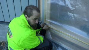 Ikkunoiden mittausta rakennustyömaalla