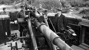 presidentti Risto Ryti tutustumassa puolustusvoimien aseistukseen.