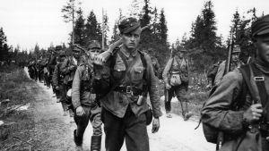 Suomalaisia sotilaita Raatteen tiellä matkalla rajalle.