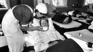 Lotta hoitaa vaikeasti haavoittunutta sotilasta sotasairaalassa.