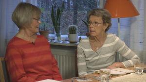Ritva Sommermark och Raija Lindström diskuterar sin systers öde.