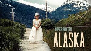 Operaatio Alaska -ohjelman mainoskuva, pieni tyttö pukeutuneena prinsessaksi Alaskassa 50-luvulla.
