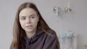 17-vuotias Roosa on tullut sairaalaan skolioosileikkauksen vuoksi.