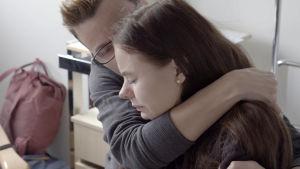 Äiti on tullut saattamaan 17-vuotiasta Roosaa leikkaukseen.