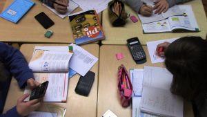 Elever räknar matematik tillsammans.
