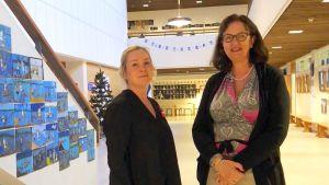 Vicerektor Mira Tallgård och rektor Kristiina Hellstrand i aulan, som också fungerar som festsal.