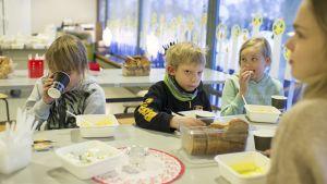 De yngsta barnen äter från engångskärl.