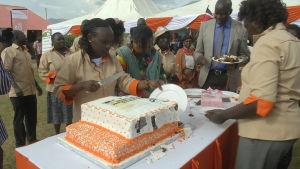 Kakun paloittelua kenialaisessa juhlassa, jossa juhlittiin Meibekin aluekehitysohjelman päättymistä