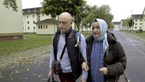 Pariskunta kävelee kadulla vastaanottokeskuksessa Saksassa