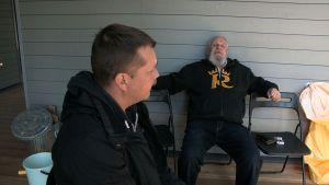 Miehet keskustelevat terassilla