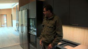 Mies katselee uutta keittiötä