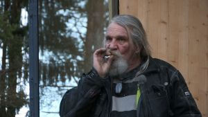 Mies savuke suussa