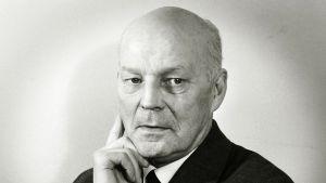Ohjaaja Eero Leväluoma (1896-1969) kuvattuna vuonna 1956.