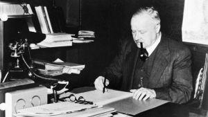 Ministeri Väinö Tanner kirjoituspöytänsä ääressä.