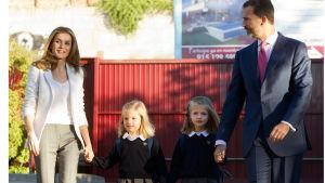 Prinsessa Letizia ja kruununprinssi Felipe saattamassa tyttäriään kouluun.