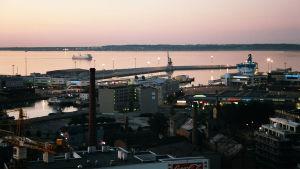 Tallinnan satama-alue yöllä