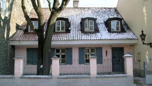 Vaaleanpunainen talo Tallinnassa