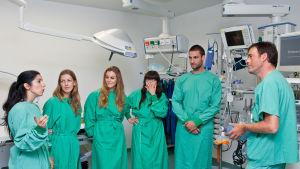 Espanjalaisia sairaanhoitajia työssä Saksassa