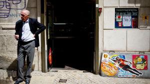 Mies seisoo kaupan ovella