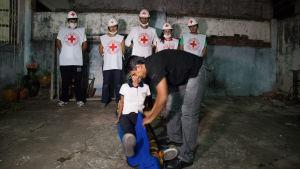 Punaisen ristin ensiapuhoitajia Bolivian maanjäristyksen jälkeen