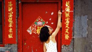 Tyttö ovella Hutongilla