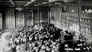 Viimeiset säätyvaltiopäivät vuonna 1906. Ritaristo ja aatelisto puheenjohtajanaan vapaaherra Viktor Magnus von Born koolla Ritarihuoneella.