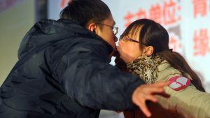 Nuoripari suutelukilpailussa ystävänpäivänä 2011 länsimaisia tapoja omaksuvassa Kiinassa