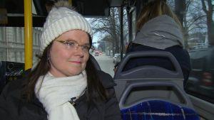 Sirpa Korte sitter i en buss