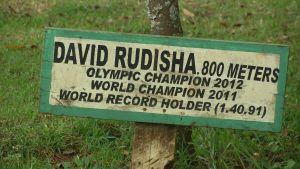 David Rudishan kunniaksi istutetun puun kyltti St.Patrickin koulun pihalla Itenissä Keniassa