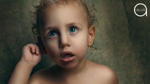 Lapsi pitelee kättä korvallaan ja itkee.