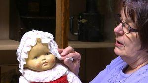 kvinna med docka