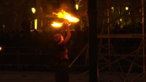 Cirkuskonstnär ordnar eldshow.