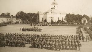 Papit siunaavat Hämeenlinnan torilla sotaan lähteviä venäläisiä joukko-osastoja, elokuu 1914