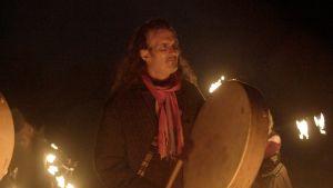 Druidi John Cantwell lyö rumpua. Kuva sarjasta Sami Yaffa - Sound Tracker