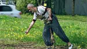 Muusikko ja performanssitaiteilija Vlad Kreimer esiintyy puistossa. Kuva sarjasta Sami Yaffa - Sound Tracker