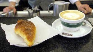 Un cornetto e un cappuccino