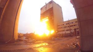 En explosion.