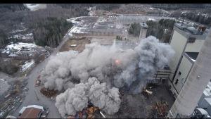 Rök och damm efter en explosion.