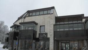 Hus med fasad i lapplandsmarmor och glasbalkonger