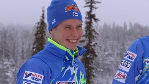 Matti Heikkinen på gott humör i vintrigt landskap på Olos.