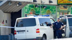 Poliisi seisoo autonsa vieressä Hyvinkäällä 26.5.2012.