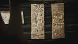 Träreliefer med scener ur Kalevala.