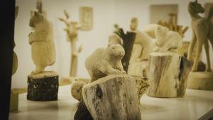 Träskulpturer som föreställer djur, i förgrunden en ekorre i trä.