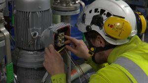 En elektriker arbetar.