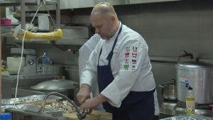 En av Norges OS-kockar i Pyeongchang tillreder mat.
